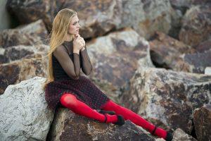 Mujer con medias rojas mirando el futuro