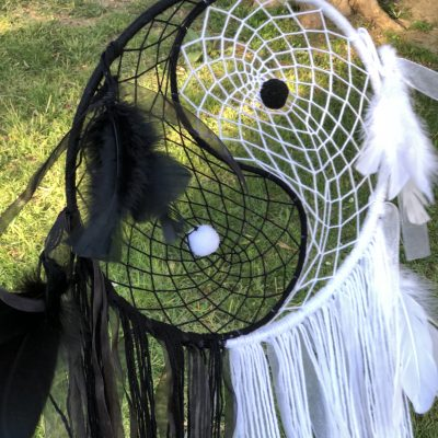 Atrapasueños. Es una foto que enseña un atrapasueño dreamcatcher ying yang hecho a mano.