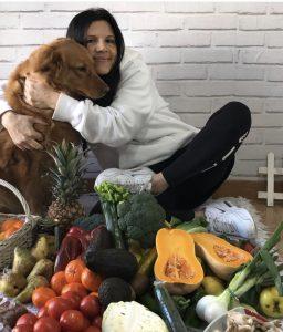 Mujer joven sana con perro
